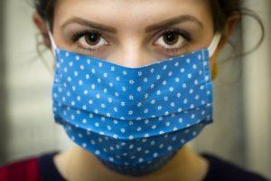 Frau mit Maske bei der Grippewelle