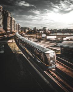 Masken und Schaffner im Zug
